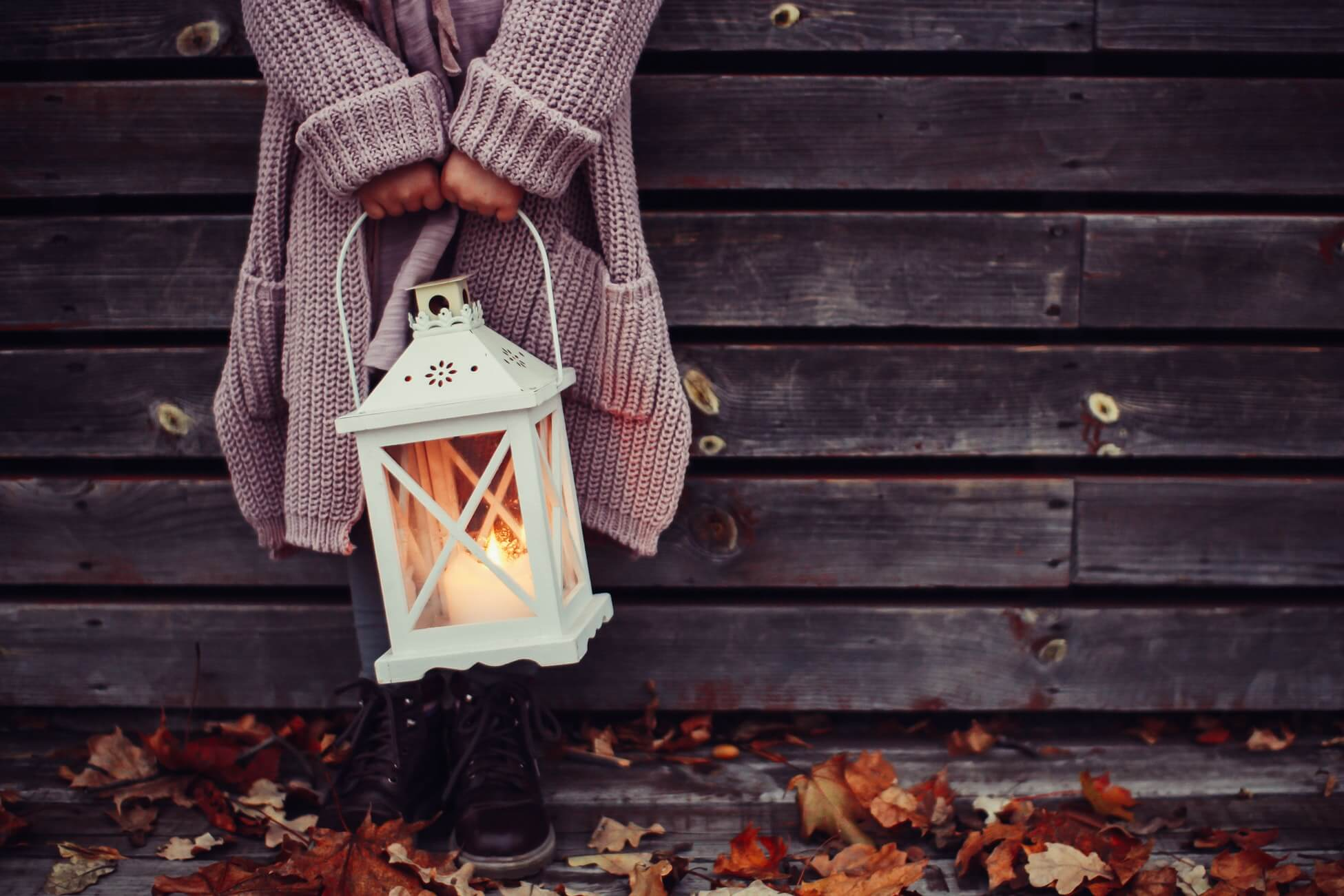 nő lámpással a kezében